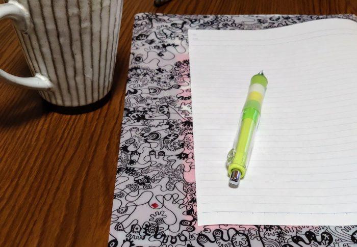 買いに行くのが面倒でシャープペン愛用者になりました。下敷きはクリアファイルです。